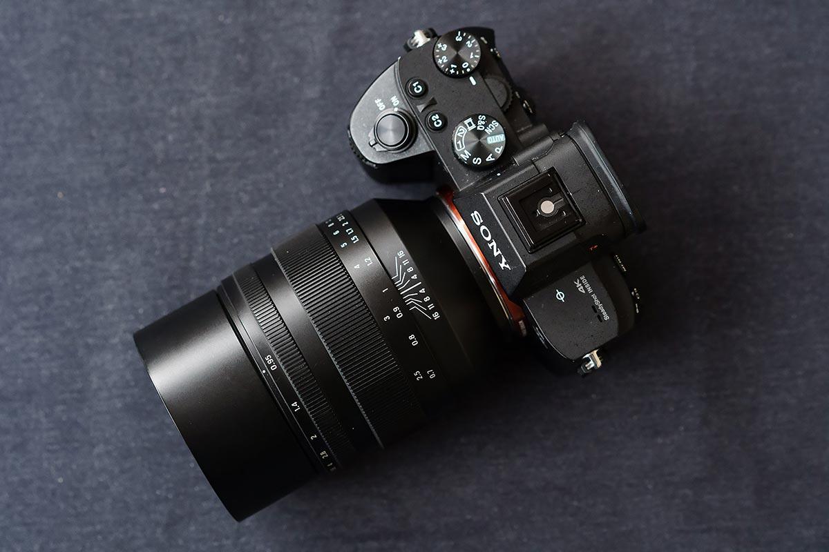 Una Sony A7 con el nuevo objetivo Zenitar 50 mm f.095 montado