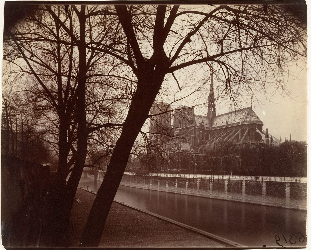 1274px-Eugène_Atget,_Nôtre_Dame,_1922