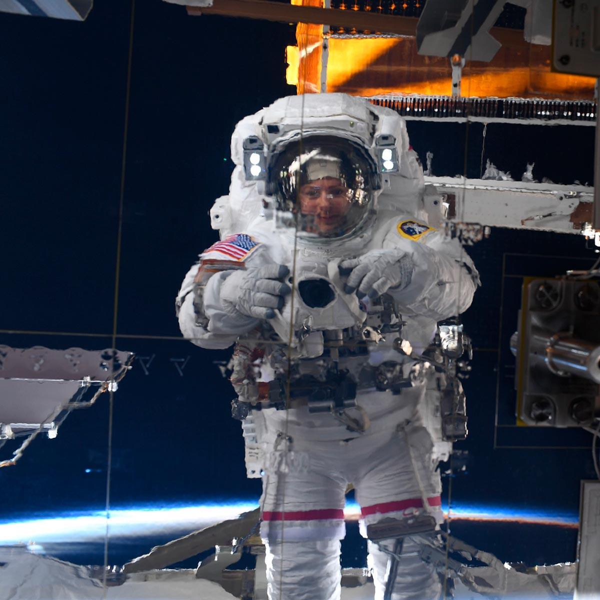 Selfie-Nikon-ISS-02