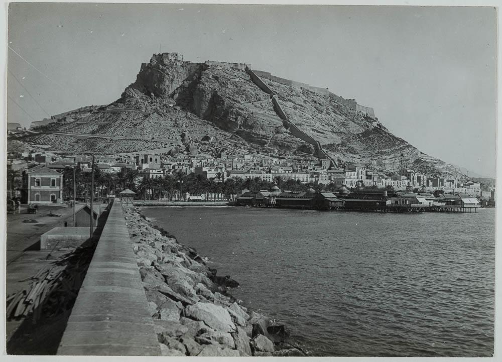 Alicante [Vista de la ciudad de Alicante desde el malecón con e